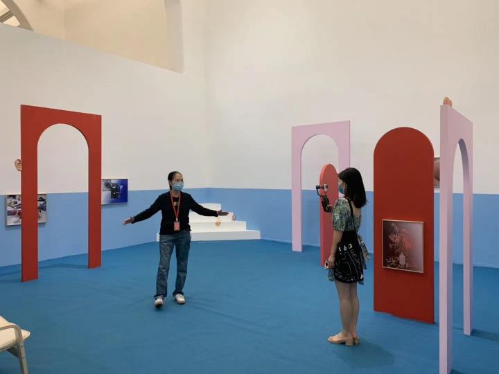 """陈阿姨直播导览2020年UCCA的首个展览""""紧急中的沉思"""" 有网友留言说:哪像70岁,太可爱了!"""
