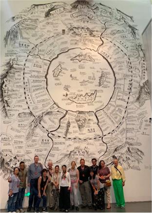 陈阿姨与皇家亚洲协会北京分会团在邱志杰《生态地图》作品前合影,她当天用自学的英文讲了两场大展,之后领队写了长篇英文报道