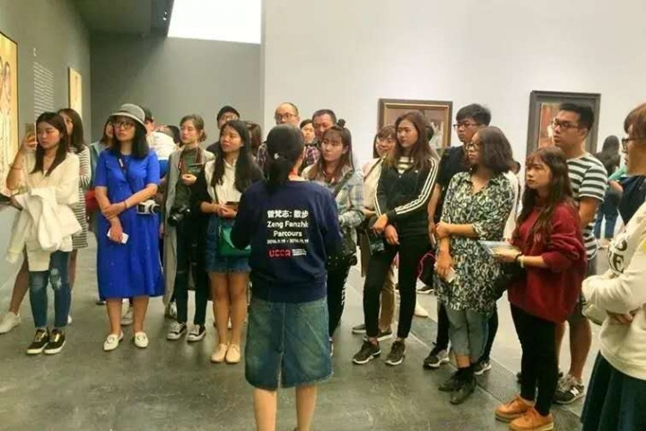 """陈阿姨说:从爱好者到导览员是一个大进步。起点是从2016年9月曾梵志在UCCA的个展""""散步""""。她发来这张照片时,并没有认出她来因为从背影看,还以为是二十出头的少女"""