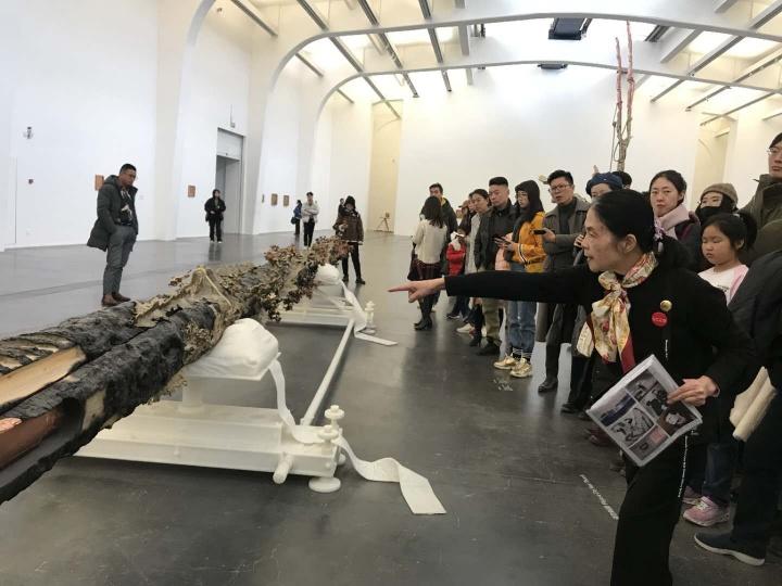 """2019年,陈阿姨导览马修·巴尼的中国首展""""堡垒"""",许多艺术家因此被她圈了粉"""
