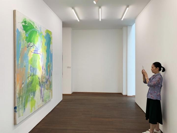周六下午3点在UCCA的导览工作开始前,陈阿姨抽空去站台中国看了马可鲁的个展