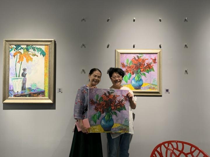 陈阿姨在798艺栈看展,她说画中是泉州市的市花,刺桐