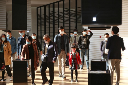 沙龙观众在凯迪拉克品牌空间参观现场