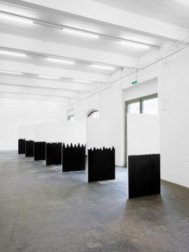 劳伦斯·阿布·哈姆丹 《表面之下》尺寸可变扬声器、木板 2015