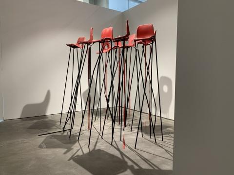 杰西·达林 《致辞者进行曲》尺寸可变塑料座椅,焊接钢,蚀刻底漆,罗纹缎带 2016