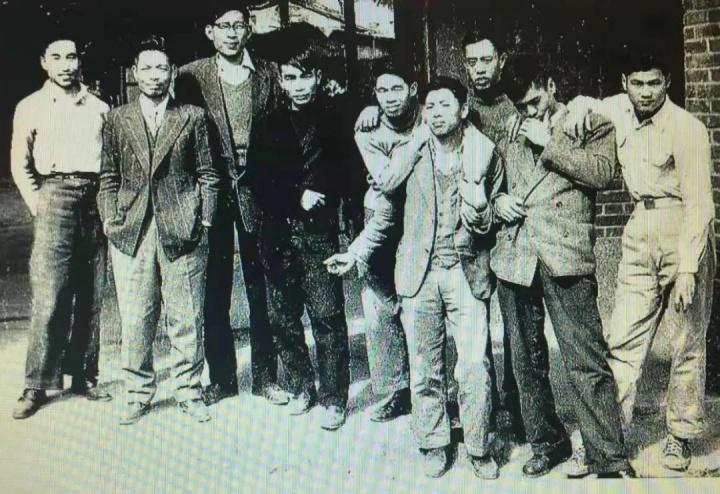 李仲生与八大响马。左起:欧阳文苑、李仲生、陈道明、李元佳、夏阳、霍刚、吴昊、萧勤、萧明贤,摄影:欧阳文苑,1956年于台湾员林