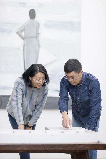 策展人贺婧(左)与艺术家刘晓辉(右)(摄影:董林)