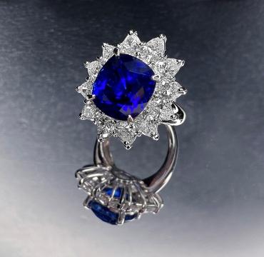 10.49克拉天然缅甸未经加热皇家蓝蓝宝石 配钻石戒指 售价:HK$ 2,000,000