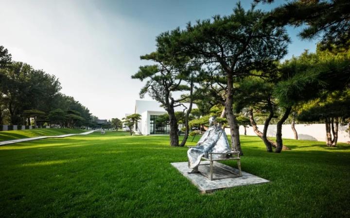 松美术馆,松树下的雕塑作品为参展艺术家李象群的《元四家之王蒙》摄影:Dai Ruoying