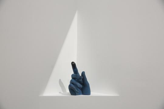 金亚楠 《摸平的指尖》 25×15×13cm 树脂着色 2019