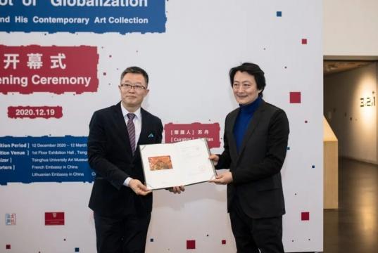 清华大学艺术博物馆常务副馆长杜鹏飞为程昕东颁发捐赠证书
