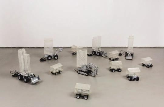 卢昊(中国)《建筑碰碰车》 有机玻璃尺寸可变 2002