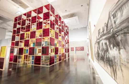 丹尼尔·布伦(法国)《打开的小屋》 有机玻璃、木材、塑胶薄膜、镜面 700×700×700cm2005
