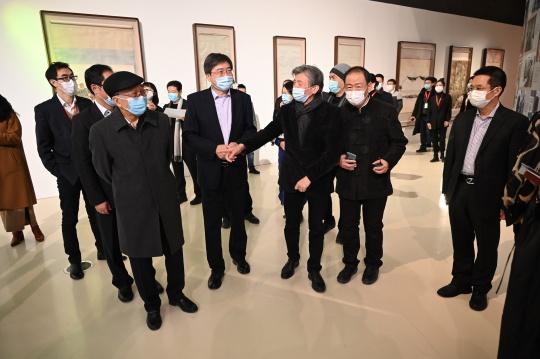 张旭副部长、靳尚谊先生、范迪安院长、谢金英局长、李金生书记、李保宗总经理等嘉宾参观展览