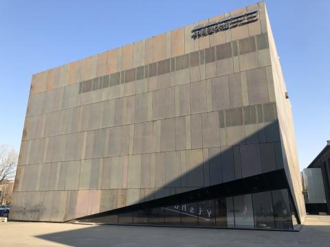 """""""中间实践""""展厅位于中间美术馆一层斜形落地窗的西南角"""