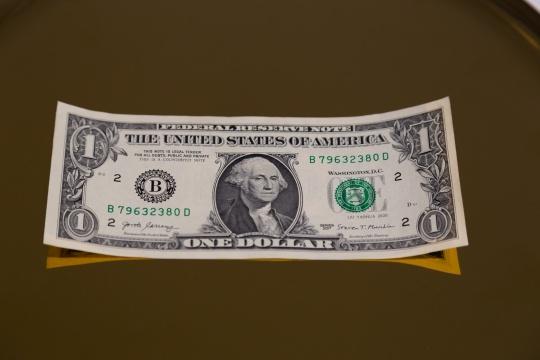 刘耀华 《伪币制造者-美元》15.6cm×6.63cm现金 丝网印刷 2020