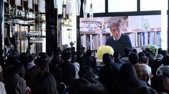 安藤忠雄在发布会现场通过视频连线发言