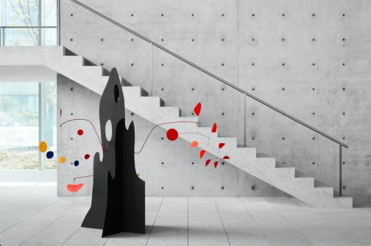 和美术馆馆藏 《黄色回旋镖与红茄的移动碎片》,亚历山大·考尔德 金属着色,1974,©和美术馆