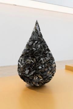 《水滴》 尺寸可变 各色车壳和铁、树脂漆 2020-2021