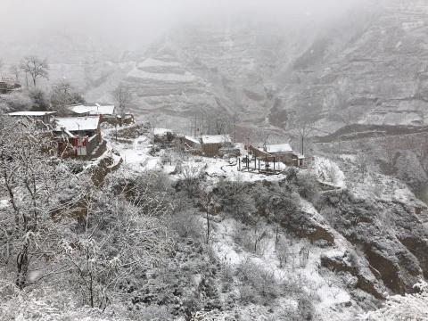下雪的石节子村