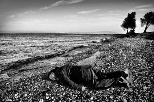 """2015年,一艘从土耳其偷渡前往希腊科斯岛的橡皮艇倾覆,至少12人遇难。3岁男童艾兰的遗体在沙滩上被发现,照片震惊世界。艾未未之后模仿了遇难小难民""""沙滩男孩"""""""