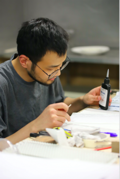 2017年毕业于中国美术学院获学士学位,2019年毕业于英国皇家艺术学院获硕士学位。专注研究玻璃材料本身和其光学特性,并应用于创作。