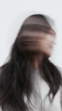 黄佳理毕业于英国皇家艺术学院,获得陶瓷与玻璃专业硕士学位; 此前她毕业于中央圣马丁艺术学院陶瓷设计专业,获学士学位。她的创作以陶瓷和玻璃作为媒介,探索雕塑形式与功能性设计的边界。《琢》系列曾于2020年荣获新视野国际新锐艺术设计作品展金奖。