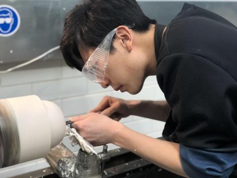 毕业于英国皇家艺术学院应用艺术系陶瓷和玻璃专业,于2017年取得英国金斯顿大学产品和家居设计荣誉学士学位。他的创作致力于探索手工艺美学与现代工业生产的平衡,风格融合新生代审美和东方工艺。