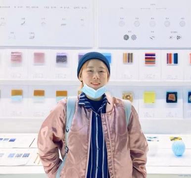 中国美术学院玻璃设计专业硕士。 作品曾被私人收藏家、 秦皇岛玻璃博物馆、丹⻨Ebeltoft博物馆、美国Foci MCGA 画廊等收藏。