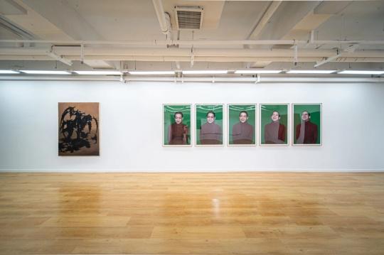 右-刘成瑞 《悲伤》 120×80cm 行为、图片 收藏级艺术微喷 2016 展览现场图