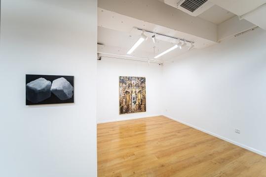 左-詹翀 《冰》30×40cm 布面丙烯 2017 展览现场