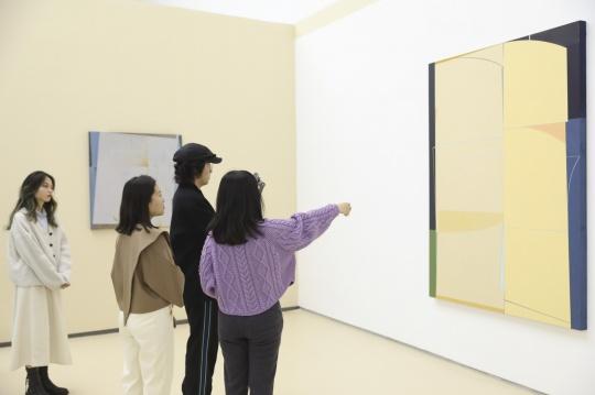 钱佳华和阿斯巴甜在蜂巢当代艺术中心相遇:是春天的颜色啊!
