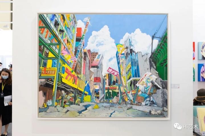 """ART021现场,作品右侧的展签上贴上了表示""""已售出""""的红点"""