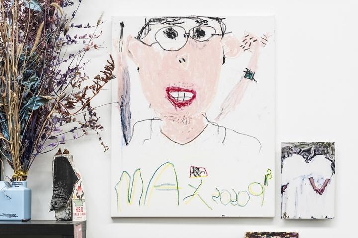 许宏翔工作室,这幅画是儿子画的许宏翔(摄影:董林)