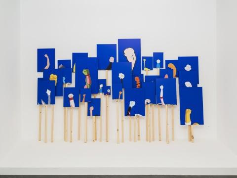 丁世伟 《降维广场》尺寸可变 艺术微喷、铝板、松木杆 2020
