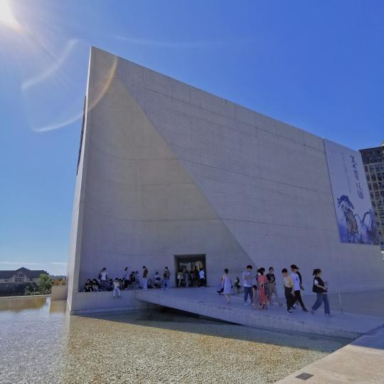 坐落于长沙湘江之畔洋湖湿地公园的谢子龙影像艺术馆