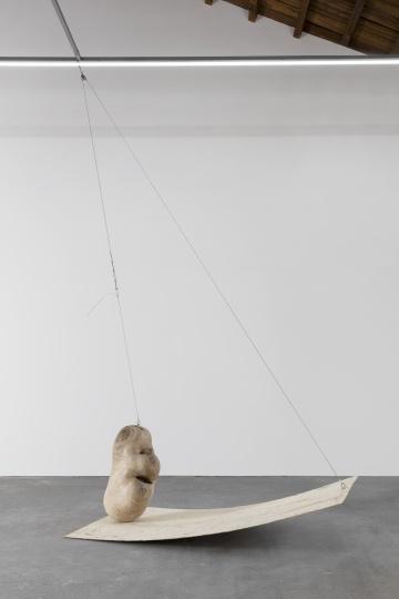 《自重》244×122×500cm樟木、多层胶合板、钢丝绳2021