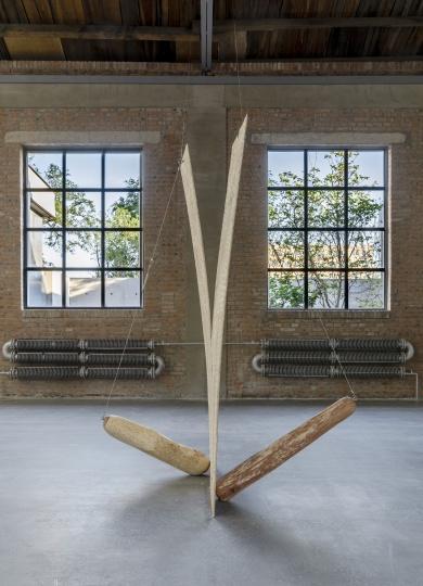 《自决》182×122×244cm樟木、多层胶合板、钢丝绳 2021