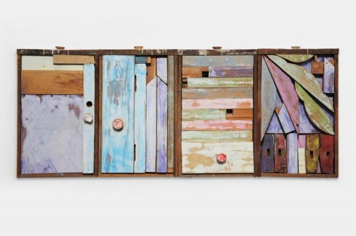 《把桌子装进它的抽屉里 2》120×55×12cm 木家具、粉笔 2015