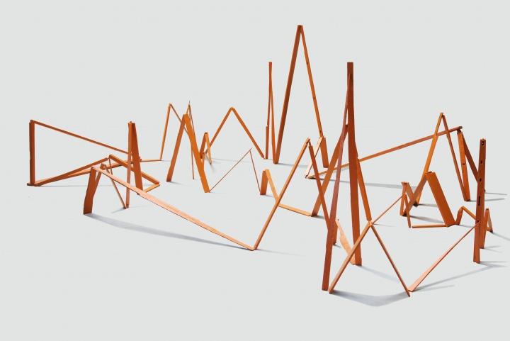 《一张单人床的空间幻想》尺寸可变旧单人床木块 丙烯 2016 艺术家将一张单人床拆解,在空间中随意搭靠,达到某种短暂而静止的平衡,看似稳定却是岌岌可危,一触即倒。
