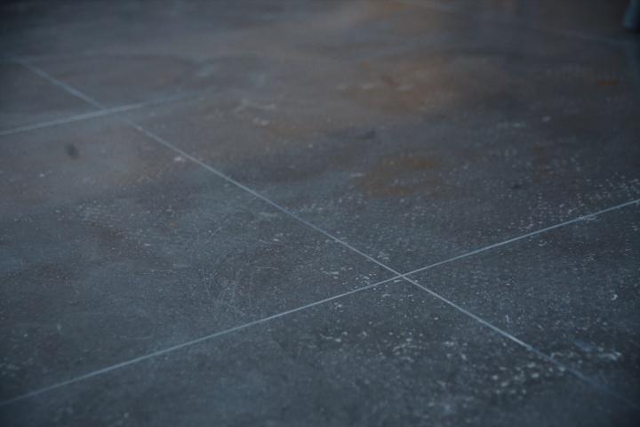 《60厘米见方》尺寸可变丙烯、水泥地面 2019  在水泥地面上以60×60厘米的瓷砖规格画出砖缝线,从而制造一种水泥地面仿水泥砖的假象。
