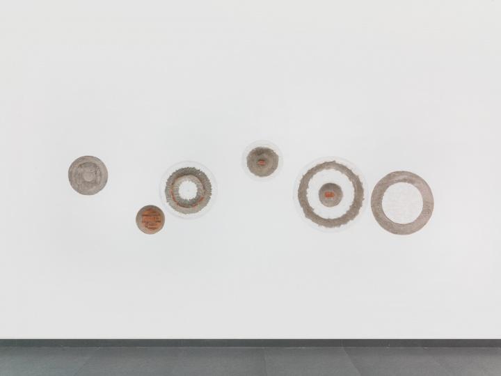 《破规》尺寸可变 混凝土砖墙2017  在墙上凿出几个大小、尺寸不一的圆圈,凹陷起伏的表面与白墙下所固有的颜色层次,揭示一个潜藏在表层下的语言逻辑。