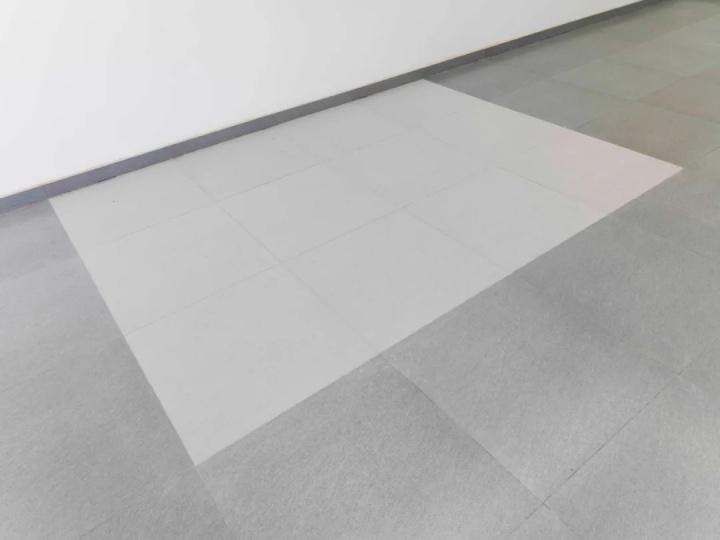 《经意》尺寸可变 灰尘 2017  在做作品《破规》时,凿磨墙壁扬起的灰尘弥漫整个展厅,艺术家保留了《破规》相对应一角地面上的灰尘。
