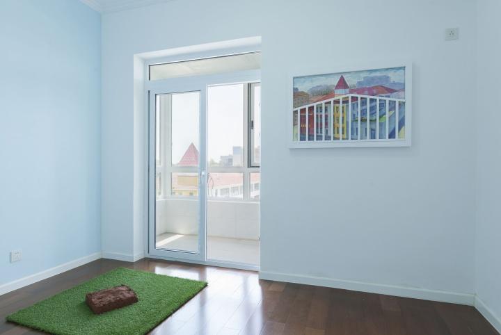 """""""502 这里没有作品"""" 之儿童房  在儿童房,挂着一幅粉笔画《风景》。透过儿童房窗户看到的是一座公立幼儿园,虽然仅一街之隔,但王礼军的儿子因为没有本地户口而不能入园。这如同一道风景,仅供欣赏。他用粉笔在房子里拆下的隔墙墙板上画下了幼儿园,并加上了吊顶上拆下来的栏杆。"""