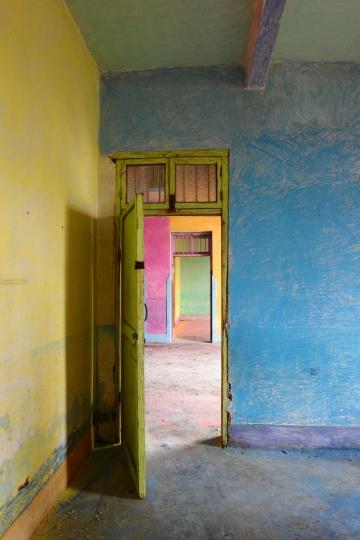 《童话-4》100×60cm收藏级喷绘 2015  2015 年春节时,艺术家将儿时生活过且至今仍保留的那栋房子全部用粉笔涂抹,最后用录像和摄影的方式记录下来。