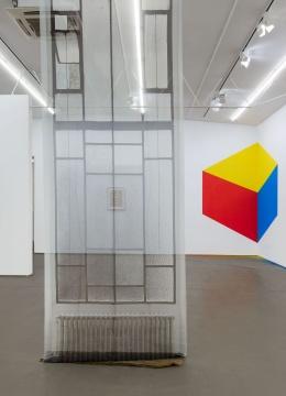 AntoniaLow 《另一空间的呈现V》 405×130.5cm 聚酯纤维纱、木棍、不锈钢图钉 2014