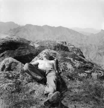 沙飞 《白求恩日光浴》 1939年 (图片由王雁女士提供,鸣谢北京画院美术馆)