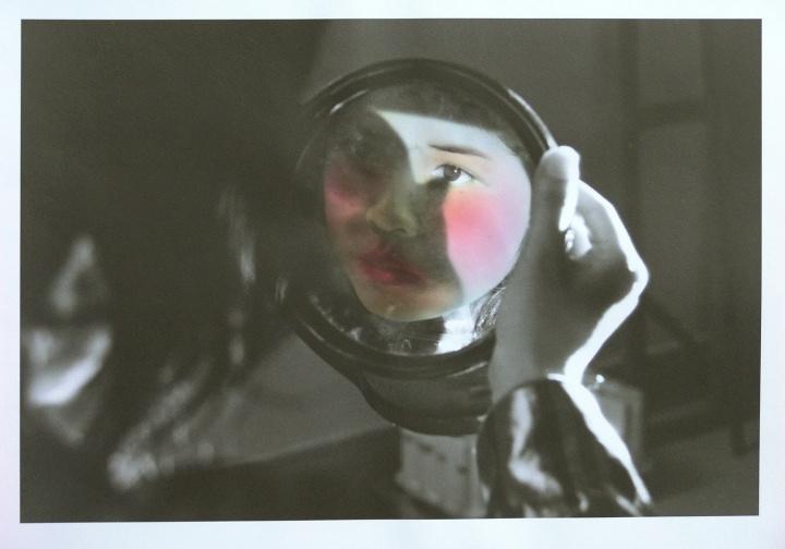 陈可的摄影作品《镜中人之三》50.8×45.7cm手工上色黑白照片数量8+2年代(底片:2001-2002,制作:2008)