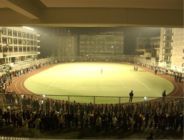 2003年春天中国美院招生考试排队报名的人群,时间为凌晨1点