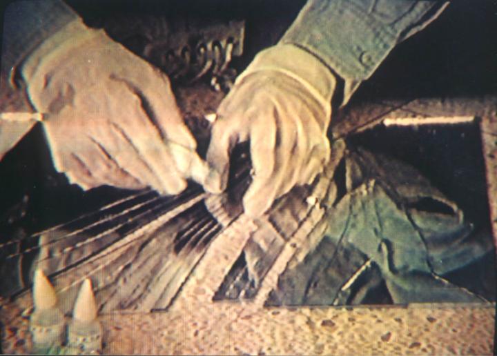 张培力《30X30》单视频录像 彩色 有声 32分钟9秒 PAL 1988 纪录反复摔碎并粘合镜子的过程:将一块30×30公分大的镜子摔碎,并用502胶水粘合,然后再摔碎,再粘合,这样不断重复,持续180分钟,直至摄像机内的录像带走完。影像镜头无变化。
